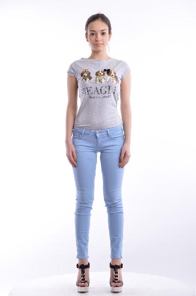 Джинсы GUESSЖенская одежда<br>Состав: хлопок 70%, эластан 2%, вискоза 14%, полиэстер 14%<br> <br> Практичные джинсы зауженного кроя с застежкой на молнию и пуговицу. Модель дополнена пятикарманным кроем. На поясе предусмотрены шлевки для ремня. Отличный вариант для создания образа в стиле Casual.<br> Вид застежки Молния<br> Тип карманов Втачные<br> Габариты предметов Длина, 90.0 см<br>Ширина брючин, 13.0 см<br>Высота посадки, 16.0 см<br>Длина по внутреннему шву, 72.0 см<br>Ширина брючин верх, 20.0 см<br>Ширина брючин низ, 13.0 см<br> Декоративные элементы Логотип<br>Страна: США<br><br>Материал: Хлопок<br>Сезон: МУЛЬТИ<br>Коллекция: Весна-лето<br>Пол: Женский<br>Возраст: Взрослый<br>Модель: ЗАУЖЕННЫЕ<br>Цвет: Голубой<br>Размер INT: S
