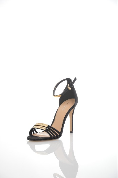 Босоножки AldoЖенская обувь<br>Босоножки Aldo изготовлены из искусственной бархатистой замши, стелька и подкладка из искусственной кожи. Детали: регулируемый ремешок, золотистый металлический декор, высокий каблук-шпилька.<br> <br> Материал верха искусственная замша<br> Внутренний материал искусственная кожа<br> Материал стельки искусственная кожа<br> Материал подошвы искусственный материал<br> Высота каблука 10.5 см<br> Тип каблука Шпилька<br> Цвет черный<br> Сезон Лето<br> Коллекция Весна-лето<br> Детали обуви металл<br> Страна: Канада<br><br>Высота каблука: 10.5 см<br>Материал: Искусственная замша<br>Сезон: ЛЕТО<br>Коллекция: Весна-лето<br>Пол: Женский<br>Возраст: Взрослый<br>Цвет: Черный<br>Размер RU: 37.5