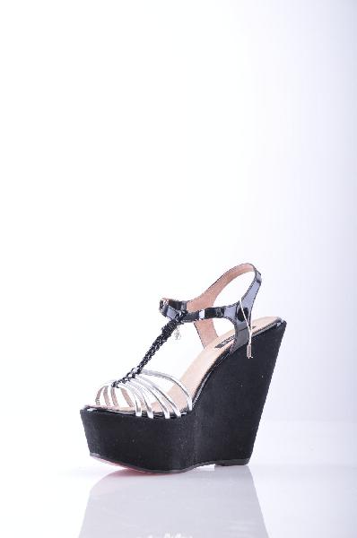 CUPL? СандалииЖенская обувь<br>Описание: эффект ламинирования, логотип, двухцветный узор, скругленный носок, резиновая подошва.<br>Высота каблука: 13 см.<br>Высота платформы: 5.5 см<br>Страна: Испания<br><br>Высота каблука: 13 см<br>Высота платформы: 5.5 см<br>Материал: Резина<br>Сезон: ЛЕТО<br>Коллекция: (Справочник &quot;Номенклатура&quot; (Общие)): Весна-лето<br>Пол: Женский<br>Возраст: Взрослый<br>Цвет: Черный<br>Размер RU: 38