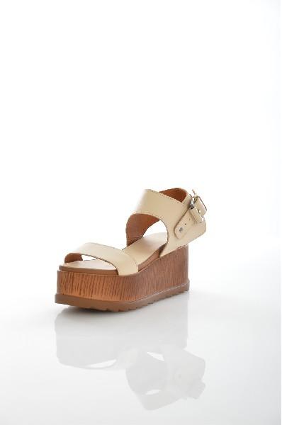 Босоножки Grand StyleЖенская обувь<br>Цвет: бежевый<br> Описание: сезон - лето<br> Материал верха: кожа натуральная<br> Материал подкладки: кожа натуральная<br> Материал стельки: кожа натуральная<br> Материал подошвы: искусственный материал, рифленая<br> Параметры изделия: для размера 38/38: высота платформы 6 см, ширина носка стельки 7,8 см, длина стельки 24,5 см<br> Уход за изделием: протирать губкой<br> Страна: Россия<br><br>Высота платформы: 6 см<br>Материал: Натуральная кожа<br>Сезон: ЛЕТО<br>Коллекция: Весна-лето<br>Пол: Женский<br>Возраст: Взрослый<br>Цвет: Бежевый<br>Размер RU: 38