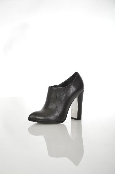 Ботильоны Paolo ConteЖенская обувь<br>Ботильоны от Paolo Conte выполнены из мягкой натуральной кожи черного цвета. Модель с заостренным мысом застегивается на молнию сбоку. Детали: подкладка и стелька из натуральной кожи, высокий устойчивый каблук декорирован серебристым элементом.<br> Цвет чер...<br><br>Высота каблука: 10.5 см<br>Материал: Натуральная кожа<br>Сезон: ВЕСНА/ОСЕНЬ<br>Коллекция: (Справочник &quot;Номенклатура&quot; (Общие)): Осень-зима<br>Пол: Женский<br>Возраст: Взрослый<br>Цвет: Черный<br>Размер RU: 37