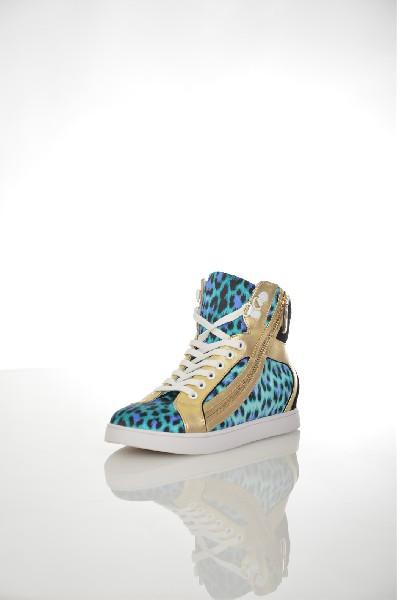Кеды Just CavalliЖенская обувь<br>Ультрамодные кеды Just Cavalli выполнены из натуральной кожи золотистого цвета и черного велюра, текстильная подкладка и стелька. Особенности: удобная шнуровка, текстильные вставки с голубым леопардовым принтом, сбоку декоративная золотистая молния, плоская резиновая подошва.<br> <br> Цвет мультиколор<br> Сезон Мульти<br> Коллекция Осень-зима<br> Детали обуви декоративные молнии<br> Материал верха натуральная кожа, натуральный велюр, текстиль<br> Внутренний материал текстиль<br> Материал стельки текстиль<br> Материал подошвы резина<br> Высота голенища / задника 12 см<br> Страна: Италия<br><br>Высота голенища / задника: 12 см<br>Материал: Натуральная кожа<br>Сезон: МУЛЬТИ<br>Коллекция: Осень-зима<br>Пол: Женский<br>Возраст: Взрослый<br>Цвет: Разноцветный<br>Размер RU: 37