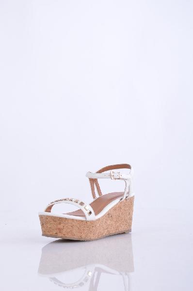 PRIMADONNA СандалииЖенская обувь<br>заклепки, одноцветное изделие, пряжка, скругленный носок, резиновая подошва, танкетка из пробки.<br>Высота каблука: 7.5 см.<br>Страна: Италия<br><br>Высота каблука: 7.5 см<br>Высота платформы: 5.5 см<br>Материал: Искусственная кожа<br>Сезон: ЛЕТО<br>Коллекция: Весна-лето<br>Пол: Женский<br>Возраст: Взрослый<br>Цвет: Белый<br>Размер RU: 38
