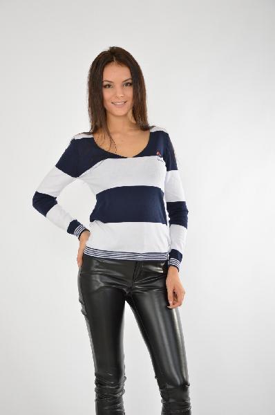 Пуловер GIORGIO DI MAREЖенская одежда<br>Качественный пуловер, выполненный из натурального хлопка, приятный в носке и хорошо садится по фигуре. V-образный вырез изделия имеет плавные линии. На манжетах и по низу изделия идет окантовка из тонких полосок.<br><br> Цвет: Белый и синий<br> Состав: 100% хлопок<br> Особенности: Стильный пуловер с V-образным вырезом<br> Параметры изделия: российский размер 40: обхват груди 80 см, обхват талии 62 см, обхват бедер 86 см, длина рукава 59 см <br> российский размер 42: обхват груди 84 см, обхват талии 65 см, обхват бедер 92 см, длина рукава 59 см <br> Страна: Испания<br><br>Материал: Хлопок<br>Сезон: ВЕСНА/ОСЕНЬ<br>Коллекция: Осень-зима<br>Пол: Женский<br>Возраст: Взрослый<br>Цвет: Разноцветный<br>Размер INT: XS