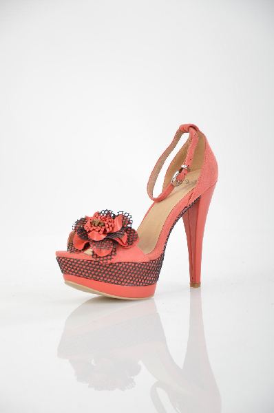Босоножки BetsyЖенская обувь<br>Цвет: коралловый<br> <br> Состав: искусственная замша<br> <br> Великолепные босоножки, оформленные прекрасной цветочной композицией. Изделие дополнено застежкой на металлическую пряжку. Высокий каблук подчеркнет красоту и стройность Ваших ног. Материал подкладки: натуральная кожа. Материал подошвы: полимерные материалы.<br> <br> Высота каблука Высокий, 13.5 см<br> Материал верха Искусственная замша<br> Высота платформы Cредняя, 4.5 см<br> Материал подкладки Кожа<br> Сезон лето<br> Пол Женский<br> Страна бренда Соединенное Королевство<br><br>Высота каблука: 13.5 см<br>Высота платформы: 4.5 см<br>Материал: Замша<br>Сезон: ЛЕТО<br>Коллекция: Весна-лето<br>Пол: Женский<br>Возраст: Взрослый<br>Цвет: Красный<br>Размер RU: 38