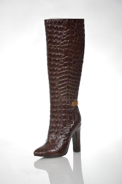 Сапоги Paolo ConteЖенская обувь<br>Цвет: темно-коричневый<br> <br> Состав: натуральная кожа<br> <br> Эффектные сапоги из натуральной кожи оформлены тиснением, имитирующим кожу рептилии. Лаконичный верх отлично сочетается с высоким устойчивым каблуком и декоративной металлической пряжкой. Модель застегивается на молнию, которая расположена на внутренней стороне. Подкладка выполнена из байки.<br> <br> Высота каблука Высокий, 10.5 см<br> Материал подкладки Байка<br> Вид застежки Молния<br> Высота платформы Низкая, 0.5 см<br> Материал верха Кожа<br> Материал подошвы Искусственный материал<br> Форма мыска Закругленный мысок<br> Голенище Высота голенища, 37.0 см<br> Голенище Обхват голенища, 34.0 см<br> Вид застежки Эластичная вставка<br> Форма каблука Устойчивый<br> Особенность материала верха С тиснением<br> Декоративные элементы Декоративные элементы<br> Материал стельки Байка<br> Сезон демисезон<br> Пол Женский<br>Страна: Италия - Россия<br><br>Высота каблука: 10.5 см<br>Высота платформы: 0.5 см<br>Объем голени: 34 см<br>Высота голенища / задника: 37 см<br>Материал: Натуральная кожа<br>Сезон: ВЕСНА/ОСЕНЬ<br>Коллекция: Осень-зима<br>Пол: Женский<br>Возраст: Взрослый<br>Цвет: Коричневый<br>Размер RU: 37