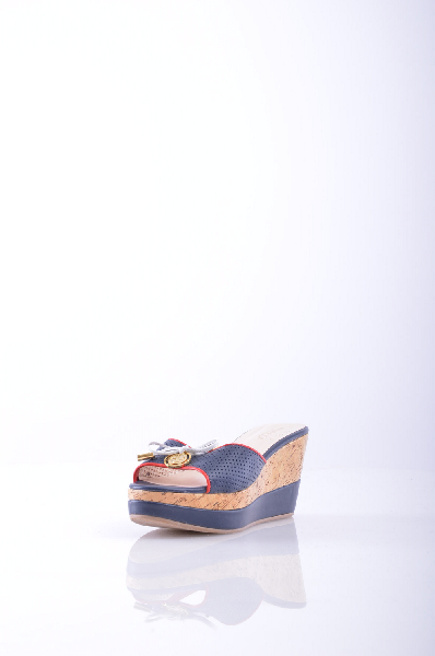 Springway СабоЖенская обувь<br>Сабо Sprincway синего цвета с декором в виде бантика и подвески. Модель выполнена из натуральной кожи, материал подкладки и стельки - искусственная кожа. Детали: функциональная перфорация, небольшая танкетка с пробковой фактурой.<br><br>Материал верханатурал...<br><br>Высота каблука: 9 см<br>Высота платформы: 3.5 см<br>Материал: Натуральная кожа<br>Сезон: ЛЕТО<br>Коллекция: (Справочник &quot;Номенклатура&quot; (Общие)): Весна-лето<br>Пол: Женский<br>Возраст: Взрослый<br>Цвет: Темно-синий<br>Размер RU: 38