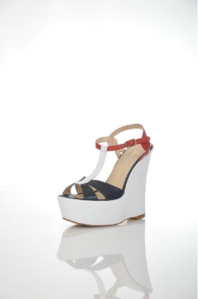 Сандалии ISOLEMAESTREЖенская обувь<br>Состав: Кожа<br> Детали: без аппликаций, разноцветный узор, пряжка, скругленный носок, подошва из кожи и резины, танкетка<br> Каблук: 14 см <br> Высота платформы: 4 см<br> Страна: Италия<br><br>Высота каблука: 14 см<br>Высота платформы: 4 см<br>Материал: Натуральная кожа<br>Сезон: ЛЕТО<br>Коллекция: Весна-лето<br>Пол: Женский<br>Возраст: Взрослый<br>Цвет: Разноцветный<br>Размер RU: 38