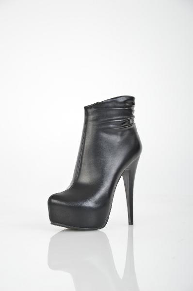 Полусапожки MakFineЖенская обувь<br>Цвет: черный<br> <br> Состав: искусственная кожа<br> <br> Стильные полусапожки на высоком изящном каблуке. Модель практичной однотонной расцветки. Застежка на молнию сбоку. Прекрасный выбор на каждый день.<br> Высота каблука Высокий, 14.0 см<br> Материал подкладки Байка<br> Высота платформы Cредняя, 4.0 см<br> Материал верха Искусственная кожа<br> Голенище Высота голенища, 10.0 см<br> Голенище Обхват голенища, 25.0 см<br> Сезон демисезон<br> Пол Женский<br> Страна бренда Россия<br><br>Высота каблука: 14 см<br>Высота платформы: 4 см<br>Объем голени: 25 см<br>Высота голенища / задника: 10 см<br>Материал: Искусственная кожа<br>Сезон: ВЕСНА/ОСЕНЬ<br>Коллекция: Осень-зима<br>Пол: Женский<br>Возраст: Взрослый<br>Цвет: Черный<br>Размер RU: 37