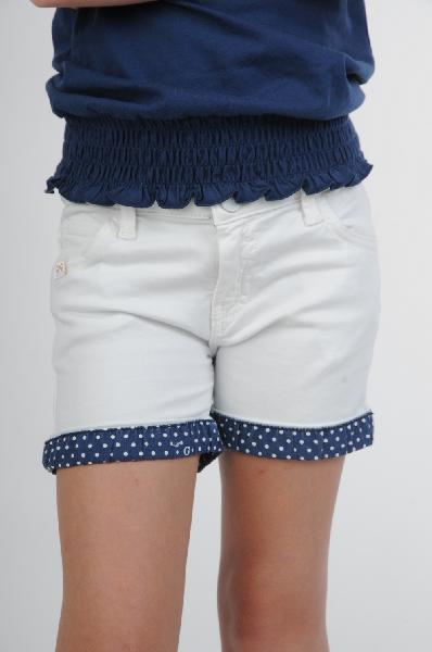 Guess ШортыОдежда для девочек<br>Белые шорты Guess подходят для девочки. Модель выполнена из приятного на ощупь материала с добавлением вискозы. Детали: атласные манжеты и пояс, застежка-молния на боку, карманы по бокам.<br><br>Состав    56% - Вискоза, 38% - Полиамид, 6% - Эластан<br>Длина по боковому шву    23 см<br>Страна: США<br><br>Материал: Вискоза<br>Сезон: ЛЕТО<br>Коллекция: Весна-лето<br>Пол: Женский<br>Возраст: Детский<br>Цвет: Белый<br>Размер Years: 10Y