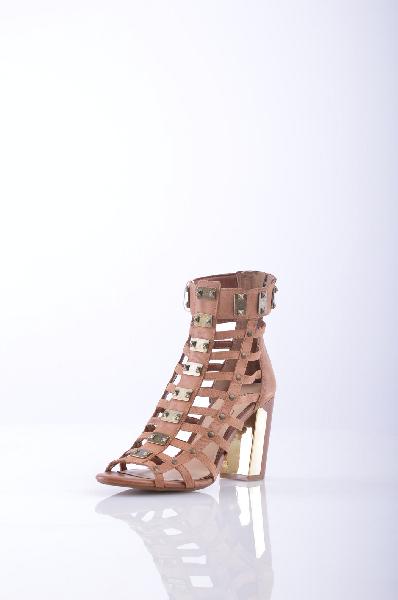 Ботильоны JESSICA SIMPSONЖенская обувь<br>Аппликации из металла, одноцветное изделие, молния, скругленный носок, резиновая подошва, квадратный каблук.<br><br> Высота каблука: 9 см<br><br><br> Объем голени: 27 см<br><br><br> Высота голенища / задника: 11 см<br><br><br> Страна: США<br><br>Высота каблука: 9 см<br>Объем голени: 27 см<br>Высота голенища / задника: 11 см<br>Материал: Натуральная кожа<br>Сезон: ЛЕТО<br>Коллекция: Весна-лето<br>Пол: Женский<br>Возраст: Взрослый<br>Цвет: Коричневый<br>Размер RU: 37