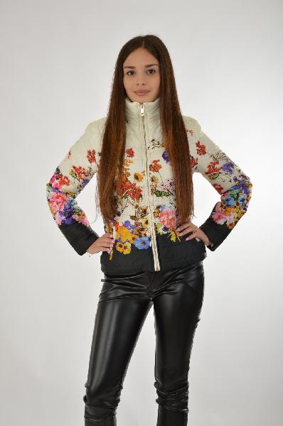 Куртка утепленная By SwanЖенская одежда<br>Легкая куртка от By Swan с тонким искусственным утеплителем. Модель белого цвета украшена разноцветным цветочным узором. Детали: приталенный крой, застежка на золотистую молнию, декоративные карманы, высокий воротник.<br> <br> Состав Полиэстер - 100%<br> Материал подкладки Полиэстер - 100%<br> Утеплитель Полиэстер - 100%<br> Длина по спинке 55 см<br> Длина рукава 60 см<br> Страна: Италия<br><br>Материал: Полиэстер<br>Сезон: ВЕСНА/ОСЕНЬ<br>Коллекция: Осень-зима<br>Пол: Женский<br>Возраст: Взрослый<br>Цвет: Разноцветный<br>Размер INT: L