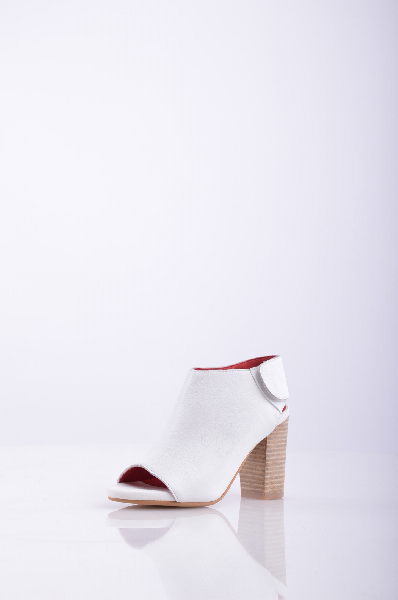 Ботинки JEFFREY CAMPBELLЖенская обувь<br>Текстурированная кожа, без аппликаций, одноцветное изделие, застежка-липучка, открытый носок, подошва из экокожи.<br>Высота каблука: 9.5 см<br>Высота платформы: 1.5 см<br>Страна: США<br><br>Высота каблука: 9.5 см<br>Высота платформы: 1.5 см<br>Материал: Натуральная кожа<br>Сезон: ЛЕТО<br>Коллекция: Весна-лето<br>Пол: Женский<br>Возраст: Взрослый<br>Цвет: Белый<br>Размер RU: 38