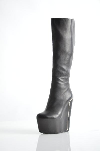Сапоги MilanaЖенская обувь<br>Сапоги Milana черного цвета выполнены из натуральной кожи, внутренний материал - искусственный мех. Детали: застежка на молнию, металлическая вставка.<br> <br> Материал верха натуральная кожа<br> Внутренний материал искусственный мех<br> Материал стельки искусственный мех<br> Материал подошвы искусственный материал<br> Обхват голенища 32 см<br> Высота каблука 17 см<br> Высота платформы 6 см<br> Высота 38 см<br> Цвет черный<br> Сезон Демисезон<br> Коллекция Осень-зима<br> Страна: Россия<br><br>Высота каблука: 17 см<br>Высота платформы: 6 см<br>Объем голени: 32 см<br>Материал: Натуральная кожа<br>Сезон: ВЕСНА/ОСЕНЬ<br>Коллекция: Осень-зима<br>Пол: Женский<br>Возраст: Взрослый<br>Цвет: Черный<br>Размер RU: 37