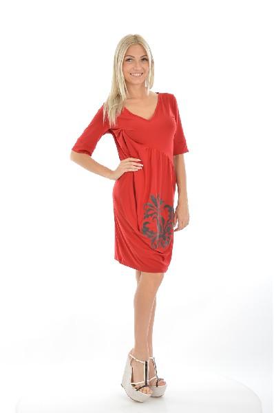 Платье 2026Женская одежда<br>Платье красного кирпичного цвета, скроенное по косой от линии декольте и до талии. На изделие располагается принт в виде узора. Платье свободно сидит на животе и бедрах. Длина рукава до локтя, острый V-образный вырез. <br><br>Материал: 92% Полиэстер, 8% Эластан<br><br>Страна: Франция<br><br>Материал: Полиэстер<br>Сезон: МУЛЬТИ<br>Коллекция: Весна-лето<br>Пол: Женский<br>Возраст: Взрослый<br>Цвет: Красный<br>Размер INT: S