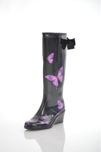 Сапоги JUST COUTUREЖенская обувь<br>Цвет: черный, фиолетовый<br> Состав: полимер 100%<br> <br> Материал стельки: Текстиль; текстиль<br> Материал подошвы: Резина<br> Вид застежки: Без застежки<br> Материал подкладки обуви: Фельпа<br> Материал подкладки: текстиль<br> Материал подошвы обуви: полимер<br> Высота обуви: высокие<br> Вид каблука: танкетка; кирпичик<br> Форма мыска: круглый; удлиненный<br> Фактура материала: Гладкий<br> Габариты предметов: Высота платформы: 1.5 см; Высота подошвы: 1.5 см; Высота каблука: 6 см<br> Назначение обуви: повседневная<br> Вид мыска: закрытый<br> Сезон: демисезон<br> Пол: Женский<br> Страна: Италия<br><br>Высота каблука: 6 см<br>Высота платформы: 1.5 см<br>Материал: Полимер<br>Сезон: ВЕСНА/ОСЕНЬ<br>Коллекция: Весна-лето<br>Пол: Женский<br>Возраст: Взрослый<br>Цвет: Черный<br>Размер RU: 36