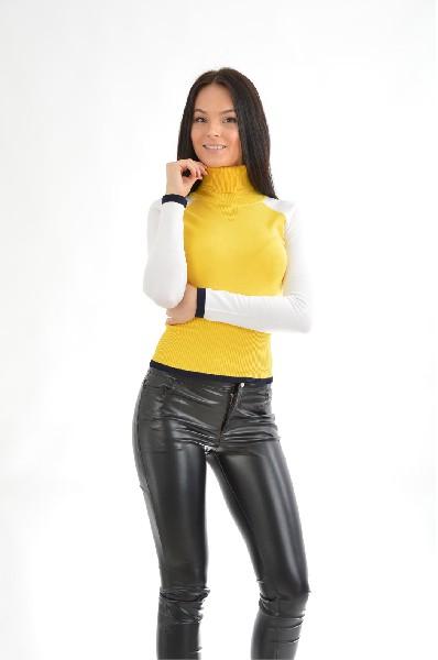 Джемпер RUXARAЖенская одежда<br>Цвет: желтый<br> <br> Состав: вискоза 72%,нейлон 28%<br> <br> Очаровательный вязаный джемпер в спортивном стиле с длинным рукавом реглан и высоким воротником - стойка. Рукава выполнены в контрастном цвете. Модель облегающего силуэта декорирована сзади металлической молнией.<br> <br> Длина рукава Длинные<br> Фактура материала Вязаный<br> Вид застежки Молния<br> По назначению Повседневные<br> Длина изделия по спинке: 51 см<br> Рукав длина: 61.5 см; ширина: 13 см<br> Тип карманов Без карманов<br> Сезон демисезон<br> Пол Женский<br> Страна Россия<br><br>Материал: Вискоза<br>Сезон: ВЕСНА/ОСЕНЬ<br>Коллекция: Осень-зима<br>Пол: Женский<br>Возраст: Взрослый<br>Цвет: Желтый<br>Размер INT: M