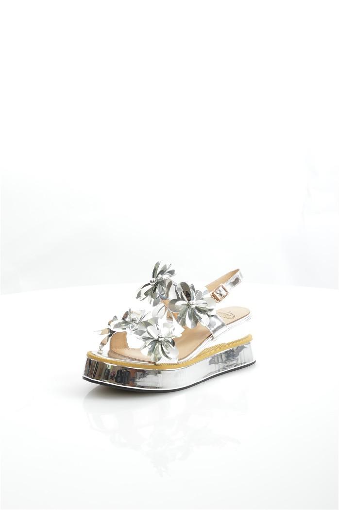 Босоножки AvenirЖенская обувь<br>Детали: тонкий ремешок с пряжкой; 3D текстура Цветы; рифленая подметка.<br> <br> Материал верха: искусственная лаковая кожа<br> Внутренний материал: искусственная кожа<br> Материал подошвы: резина<br> Материал стельки: искусственная кожа<br> Высота каблука: 7 см<br> Высота платформы: 3 см<br> Сезон: Лето<br> Цвет: серебряный<br> Застежка: на крючках<br> Детали обуви: 3D текстура, бисер/бусины, лакированные<br> <br> Страна: Россия<br><br>Высота каблука: 7 см<br>Высота платформы: 3 см<br>Материал: Искусственная кожа<br>Сезон: ЛЕТО<br>Коллекция: Весна-лето<br>Пол: Женский<br>Возраст: Взрослый<br>Цвет: Светло-серый<br>Размер RU: 38