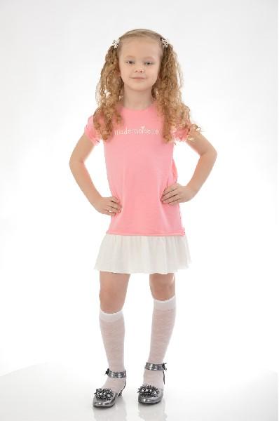 Платье Mango KidsОдежда для девочек<br>Изделие выполнено из хлопка, спереди принтованная надпись, круглый вырез горловины, короткие рукава, широкая юбка.<br> Цвет розовый<br> Сезон Мульти<br> Коллекция Весна-лето<br> Состав Материал 1: Хлопок - 100%; Материал 2: Хлопок - 80%, Полиэстер - 20%<br> Страна: Испания<br><br>Материал: Хлопок<br>Сезон: МУЛЬТИ<br>Коллекция: Весна-лето<br>Пол: Женский<br>Возраст: Детский<br>Цвет: Розовый<br>Размер Height: 128
