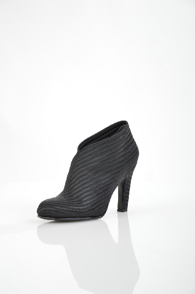 Ботильоны UNITED NUDEЖенская обувь<br>Цвет: черный<br> <br> Состав: текстиль<br> <br> Высота каблука Высокий, 10 см<br> Высота платформы Низкая, 0.7 см<br> Материал верха Текстиль<br> Материал стельки Кожа<br> Материал подошвы Резина<br> Материал подкладки Кожа<br> Форма мыска Закругленный мысок<br> Голенище Высот...<br><br>Высота каблука: 10 см<br>Высота платформы: 0.7 см<br>Высота голенища / задника: 8 см<br>Материал: Текстиль<br>Сезон: ВЕСНА/ОСЕНЬ<br>Коллекция: (Справочник &quot;Номенклатура&quot; (Общие)): Весна-лето<br>Пол: Женский<br>Возраст: Взрослый<br>Цвет: Черный<br>Размер RU: 38