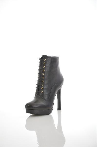 Ботинки JUST COUTUREЖенская обувь<br>Цвет: черный<br> Состав: натуральная кожа 100%<br> <br> Вид застежки: Шнурки<br> Фактура материала: Кожаный<br> Материал подошвы: Резина: 0 %<br> По назначению: Ходьба<br> Высота каблука: Высота: 12 см<br> Материал подкладки: натуральная кожа: 0 %<br> Материал стельки: натуральная кожа: 0 %<br> Вид каблука: столбик<br> Вид мыска: круглый<br> Сезон: демисезон<br> Пол: Женский<br> Страна: Италия<br><br>Высота каблука: 12 см<br>Материал: Натуральная кожа<br>Сезон: ВЕСНА/ОСЕНЬ<br>Коллекция: Осень-зима<br>Пол: Женский<br>Возраст: Взрослый<br>Цвет: Черный<br>Размер RU: 37