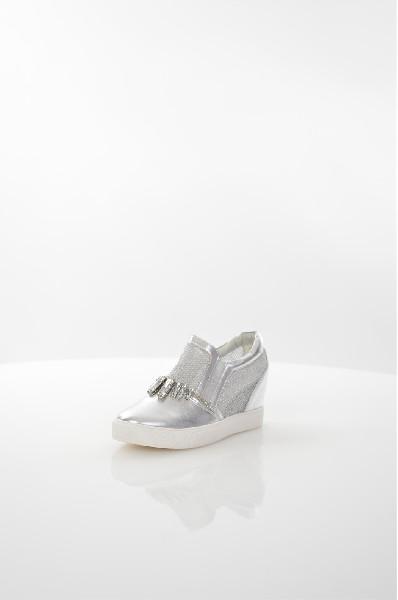 Кеды Sweet ShoesЖенская обувь<br>Кеды Sweet Shoes выполнены из искусственной кожи и дополнены вставками из сетчатого материала. Детали: эластичные боковые вставки на подъеме, внутренняя отделка и мягкая стелька из искусственной кожи, скрытая танкетка, резиновая подошва.<br> <br> Материал верха искусственная кожа, искусственный материал<br> Внутренний материал без подкладки<br> Материал стельки искусственная кожа<br> Материал подошвы резина<br> Высота каблука 7 см<br> Тип каблука Скрытая танкетка<br> Застежка без застежки<br> Цвет серебряный<br> Сезон Лето<br> Стиль Повседневный<br> Коллекция Весна-лето<br> Детали обуви камни/стразы, прозрачность<br> Узор Однотонный<br> Тип спортивной обуви Низкие<br><br>Высота каблука: 7 см<br>Материал: Искусственная кожа<br>Сезон: ЛЕТО<br>Коллекция: Весна-лето<br>Пол: Женский<br>Возраст: Взрослый<br>Цвет: Серый<br>Размер RU: 38