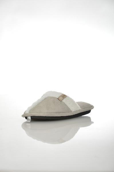 Тапочки De FonsecaЖенская обувь<br>Теплые и удобные тапочки De Fonseca. Модель выполнена из искусственной замши светло-серого цвета с беленькой пушистой опушкой. Детали: мягкая стелька, гибкая подошва.<br> <br> Материал верха: искусственная замша<br> Внутренний материал: текстиль<br> Материал стел...<br><br>Материал: Искусственная замша<br>Сезон: МУЛЬТИ<br>Коллекция: (Справочник &quot;Номенклатура&quot; (Общие)): Осень-зима<br>Пол: Женский<br>Возраст: Взрослый<br>Цвет: Серый<br>Размер RU: 38/39