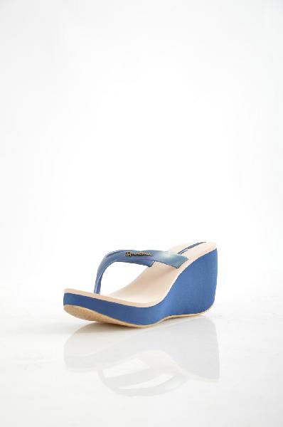 Пантолеты IpanemaЖенская обувь<br>Цвет: синий<br><br> Состав: полимер<br><br><br><br> Женские пантолеты, на высокой танкетке. Состав: верх модели ПВХ, подошва ПВХ-высота танкетки 9 см, подошвы 3 см. <br> Маломерят на один размер.<br><br><br> Материал верха Искусственный материал<br><br><br> Материал стельки Искусственный материал<br><br><br> Материал подкладки Искусственный материал<br><br><br> Материал подошвы Полимер<br><br><br> Особенность материала верха Глянцевый<br><br><br> Высота каблука Высота, 9 см<br><br> <br>Страна: Бразилия<br><br>Высота каблука: 9 см<br>Высота платформы: 2.5 см<br>Материал: Полимер<br>Сезон: ЛЕТО<br>Коллекция: Весна-лето<br>Пол: Женский<br>Возраст: Взрослый<br>Цвет: Синий<br>Размер RU: 38