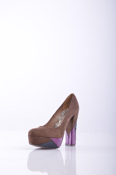 Туфли GENEVEЖенская обувь<br>Одноцветное изделие, круглый мыс, без аппликаций, резиновая подошва, каблук сигары покрытием, вышивка, замши.<br> Высота каблука: 13 см<br>Высота платформы: 4 см<br>Страна: Болгария<br><br>Высота каблука: 13 см<br>Высота платформы: 4 см<br>Материал: Натуральная замша<br>Пол: Женский<br>Возраст: Взрослый<br>Цвет: Коричневый<br>Размер RU: 38