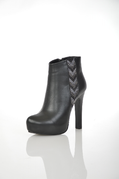 Ботинки 1TO3Женская обувь<br>Материал верха: кожа искусственная, замша искусственная<br> Материал подкладки: мех искусственный<br> Материал стельки: мех искусственный<br> Материал подошвы: тунит. гладкая<br> Высота голенища: 11 см<br> Высота каблука: 12,5 см<br> Цвет и обтяжка каблука: черный, не обтянут<br> Местоположение логотипа: подкладка<br> Уход за изделием: протирать губкой<br> Страна: Испания<br><br>Высота каблука: 12.5 см<br>Высота платформы: 3 см<br>Высота голенища / задника: 11 см<br>Материал: Искусственная кожа<br>Сезон: ВЕСНА/ОСЕНЬ<br>Коллекция: Осень-зима<br>Пол: Женский<br>Возраст: Взрослый<br>Цвет: Черный<br>Размер RU: 37