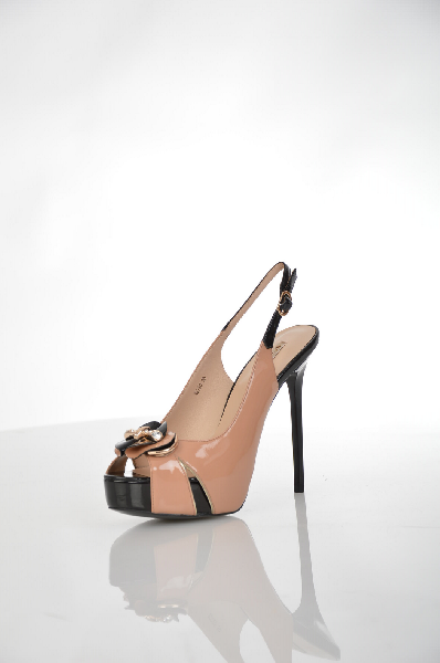Босоножки VitacciЖенская обувь<br>Эффектные женские босоножки на шпильке от бренда Vitacci выполнены из натуральной лаковой кожи в сочетании черного и бежевого цветов и дополнены декоративными элементом в форме цветка на носке. Детали: внутренняя отделка и стелька из натуральной кожи, отк...<br><br>Высота каблука: 13 см<br>Высота платформы: 3 см<br>Материал: Натуральная кожа<br>Сезон: ЛЕТО<br>Коллекция: (Справочник &quot;Номенклатура&quot; (Общие)): Весна-лето<br>Пол: Женский<br>Возраст: Взрослый<br>Цвет: Бежевый<br>Размер RU: 37