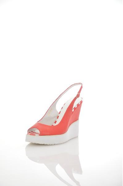 Босоножки Just CoutureЖенская обувь<br>Босоножки на танкетке Just Couture выполнены из натуральной кожи. Детали: открытый мыс, ремешок на пряжке, внутренняя отделка и стелька из натуральной кожи.<br> <br> Материал верха натуральная кожа<br> Внутренний материал натуральная кожа<br> Материал стельки натуральная кожа<br> Материал подошвы резина<br> Высота каблука 12.5 см<br> Высота платформы 2.8 см<br> Тип каблука Танкетка<br> Застежка на пряжке<br> Цвет красный<br> Сезон Лето<br> Стиль Повседневный<br> Коллекция Весна-лето<br> Страна: Италия<br><br>Высота каблука: 12.5 см<br>Высота платформы: 2.5 см<br>Материал: Натуральная кожа<br>Сезон: ЛЕТО<br>Коллекция: Весна-лето<br>Пол: Женский<br>Возраст: Взрослый<br>Цвет: Красный<br>Размер RU: 38