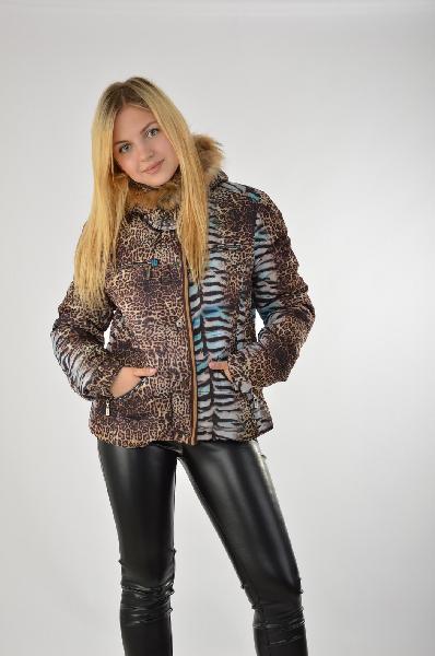 Куртка ETOILE DU MONDEЖенская одежда<br>Короткая пуховая куртка с активным животным принтом – смелое решение для активных девушек. Материал изделия защитит от холода и ветра, удачный выбор на зиму. Застежка на удобной молнии, на капюшоне приятная меховая опушка. <br> <br> Материал:<br> Верх - 100% Полиэстер<br> Подкладка - 50% Полиэстер, 50% Вискоза<br> Набивка - 100% Полиэстер<br> Страна: Франция<br><br>Материал: Полиэстер<br>Сезон: ЗИМА<br>Коллекция: Осень-зима<br>Пол: Женский<br>Возраст: Взрослый<br>Цвет: Разноцветный<br>Размер INT: S