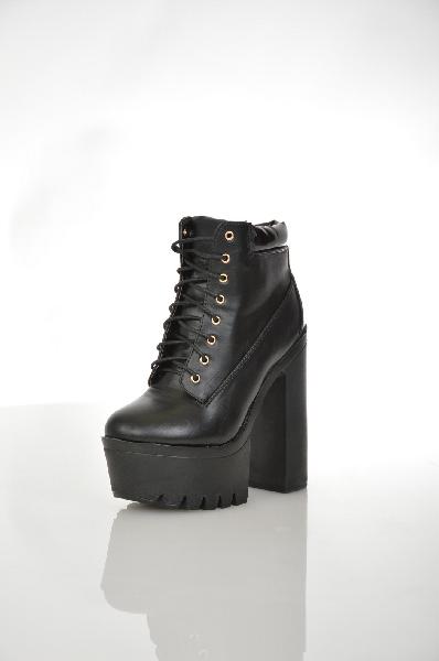Ботильоны Sergio TodziЖенская обувь<br>Ультрамодные ботильоны черного цвета от Sergio Todzi изготовлены из искусственной гладкой кожи. Детали: байковая подкладка, плотная шнуровка, высокий устойчивый каблук, платформа высотой 5.5 см.<br> <br> Цвет: черный<br> Сезон: Демисезон<br> Коллекция: Осень-зима...<br><br>Высота каблука: 15 см<br>Высота платформы: 5.5 см<br>Материал: Искусственная кожа<br>Сезон: ВЕСНА/ОСЕНЬ<br>Коллекция: (Справочник &quot;Номенклатура&quot; (Общие)): Осень-зима<br>Пол: Женский<br>Возраст: Взрослый<br>Цвет: Черный<br>Размер RU: 37