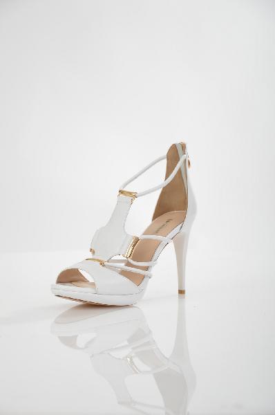 Босоножки VitacciЖенская обувь<br>Цвет: белый<br> Материал верха: кожа натуральная<br> Материал подкладки: кожа натуральная<br> Материал стельки: кожа натуральная<br> Материал подошвы: ТПУ, гладкая<br> Параметры изделия: для размера <br> для размера 37/37: высота платформы 2 см, ширина носка стельки 7,6 см, длина стельки 24 см. <br> для размера 38/38: высота платформы 2 см, ширина носка стельки 7,7 см, длина стельки 24,5 см. <br> Страна дизайна: Италия<br><br>Высота платформы: 2 см<br>Материал: Натуральная кожа<br>Сезон: ЛЕТО<br>Коллекция: Весна-лето<br>Пол: Женский<br>Возраст: Взрослый<br>Цвет: Белый<br>Размер RU: 38