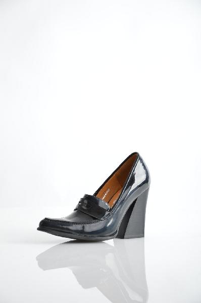 Мокасины JEFFREY CAMPBELLЖенская обувь<br>Эффект лакировки, без аппликаций, одноцветное изделие, узкий носок, резиновая подошва, широкий каблук треугольной формы, ручная работа.<br>Высота каблука: 10 см<br>Страна: США<br><br>Высота каблука: 10 см<br>Материал: Искусственная кожа<br>Сезон: ЛЕТО<br>Коллекция: Весна-лето<br>Пол: Женский<br>Возраст: Взрослый<br>Цвет: Черный<br>Размер RU: 37