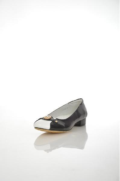 Туфли VitacciЖенская обувь<br>Цвет: черный<br> Материал верха: искусственная кожа<br> Материал подкладки: натуральная кожа<br> Материал стельки: натуральная кожа<br> Материал подошвы: тунит, гладкая, бежевый цвет<br> Высота голенища: 4 см<br> Высота каблука: 2 см<br> Цвет и обтяжка каблукачерный, не обтянут<br> Местоположение логотипа: стелька<br> Уход за изделием: протирать губкой<br> Страна: Россия, Италия<br><br>Высота каблука: 2 см<br>Материал: Искусственная кожа<br>Сезон: ЛЕТО<br>Коллекция: Весна-лето<br>Пол: Женский<br>Возраст: Взрослый<br>Цвет: Черный<br>Размер RU: 37