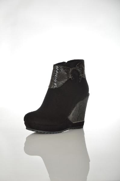 Ботинки 1TO3Женская обувь<br>Цвет: черный<br> Материал верха: замша искусственная, кожа искусственная<br> Материал стельки: мех искусственный<br> Материал подошвы: искусственный материал, рифленая<br> Описание: Сезон - демисезонные<br> Параметры изделия: для размера 38/38: высота платформы 2,5 см, ширина носка стельки 7,8 см, длина стельки 24,5 см<br> Высота голенища: 10 см<br> Высота каблука: 11 см (танкетка)<br> Цвет и обтяжка каблука: черный, кожа искусственная, металлический декор<br> Местоположение логотипа: стелька<br> Уход за изделием: чистить щеткой<br> Страна: Испания<br><br>Высота каблука: 11 см<br>Высота платформы: 2.5 см<br>Высота голенища / задника: 10 см<br>Материал: Искусственная замша<br>Сезон: ВЕСНА/ОСЕНЬ<br>Коллекция: Осень-зима<br>Пол: Женский<br>Возраст: Взрослый<br>Цвет: Черный<br>Размер RU: 38
