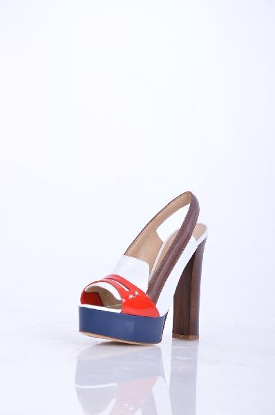 Босоножки VICINIЖенская обувь<br>Описание: Эффект лакировки, аппликации из металла, разноцветный узор, скругленный носок, кожаная подошва, квадратный каблук.<br> <br> Высота каблука: 14 см<br> <br> Высота платформы: 3.5 см<br> <br> Страна: Италия<br><br>Высота каблука: 14 см<br>Высота платформы: 3.5 см<br>Материал: Натуральная кожа<br>Сезон: ЛЕТО<br>Коллекция: Весна-лето<br>Пол: Женский<br>Возраст: Взрослый<br>Цвет: Разноцветный<br>Размер RU: 37.5