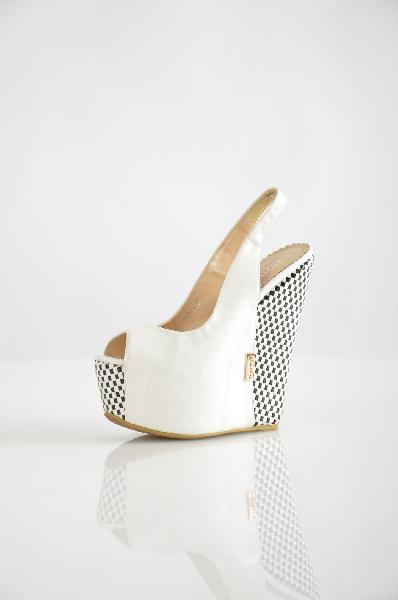 Босоножки ARZOmaniaЖенская обувь<br>Эффектные босоножки ARZOmania выполнены из искусственной кожи белого цвета. Подошва декорирована фактурными плетеными вставками. Мягкая подкладка и стелька – из искусственной кожи. Высота танкетки компенсируется устойчивой платформой и удобной колодкой.<br>...<br><br>Высота каблука: 17 см<br>Высота платформы: 6 см<br>Материал: Искусственная кожа<br>Сезон: ЛЕТО<br>Коллекция: (Справочник &quot;Номенклатура&quot; (Общие)): Весна-лето<br>Пол: Женский<br>Возраст: Взрослый<br>Цвет: Белый<br>Размер RU: 37