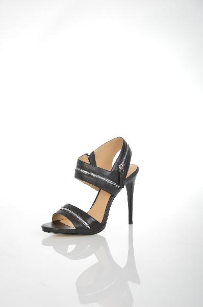 Босоножки VitacciЖенская обувь<br>Босоножки от Vitacci. Модель выполнена из натуральной гладкой кожи черного цвета и декорирована серебристыми молниями. Детали: подкладка и стелька из натуральной кожи, функциональная боковая молния, высокий каблук-шпилька, рельефная подошва.<br> <br> Материал верха натуральная кожа<br> Внутренний материал натуральная кожа<br> Материал стельки натуральная кожа<br> Материал подошвы искусственный материал<br> Высота каблука 12 см<br> Цвет черный<br> Сезон Лето<br> Коллекция Весна-лето<br> Детали обуви декоративные молнии<br> Страна: Россия<br><br>Высота каблука: 12 см<br>Материал: Натуральная кожа<br>Сезон: ЛЕТО<br>Коллекция: Весна-лето<br>Пол: Женский<br>Возраст: Взрослый<br>Цвет: Черный<br>Размер RU: 38