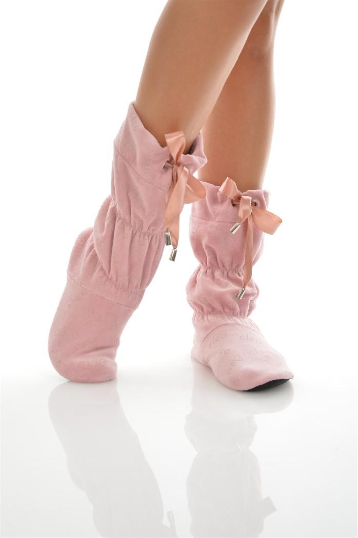 Сапожки домашние CLEOЖенская обувь<br>Цвет: бледно-розовый<br> Состав: полиэстер 100%<br> <br> Вид застежки: Завязки<br> Фактура материала: Ворсистый<br> Материал подошвы обуви: полимер<br> Материал стельки: искусственный материал<br> Материал подкладки обуви: Флис<br> Вид каблука: без каблука<br> Форма мыска:...<br><br>Высота платформы: 0.5 см<br>Материал: Полиэстер<br>Сезон: МУЛЬТИ<br>Коллекция: (Справочник &quot;Номенклатура&quot; (Общие)): Осень-зима<br>Пол: Женский<br>Возраст: Взрослый<br>Цвет: Розовый<br>Размер RU: 38/39