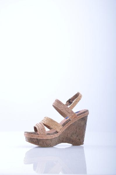 Wrangler БосоножкиЖенская обувь<br>Ультрамодные босоножки WRANGLER – для современной леди, которая ценит комфорт и качество. Обувь создана из фактурной искусственной кожи. Бежевый цвет выглядит сдержанно и благородно. 'Пробковая' платформа дополняет дизайн модели. Высокая, но устойчивая платформа отлично подходит на каждый день. Такие босоножки будут уместны практически для любого случая.<br><br>Материал верха    искусственная кожа<br>Внутренний материал    искусственная кожа<br>Материал стельки    натуральная кожа<br>Материал подошвы    искусственный материал<br>Высота каблука: 11 см.<br>Высота платформы: 3.5 см<br>Страна: США<br><br>Высота каблука: 11 см<br>Высота платформы: 3.5 см<br>Материал: Искусственная кожа<br>Сезон: ЛЕТО<br>Коллекция: Весна-лето<br>Пол: Женский<br>Возраст: Взрослый<br>Цвет: Коричневый<br>Размер RU: 37
