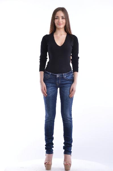 Джинсы GUESSЖенская одежда<br>Состав: хлопок 73%, эластан 2%, вискоза 14%, полиэстер 11%<br> <br> Модные джинсы классического пятикарманного кроя с застежкой на пуговицу и молнию. Для удобства на поясе расположены шлевки для ремня. Модель оформлена легким выбеленным эффектом.<br> Вид заст...<br><br>Материал: Хлопок<br>Сезон: МУЛЬТИ<br>Коллекция: (Справочник &quot;Номенклатура&quot; (Общие)): Весна-лето<br>Пол: Женский<br>Возраст: Взрослый<br>Модель: ЗАУЖЕННЫЕ<br>Цвет: Синий<br>Размер INT: 29/32