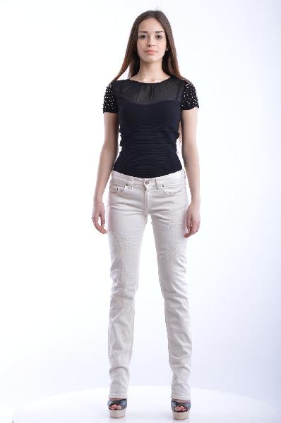 Джинсы DONDUPЖенская одежда<br>Состав: 98% Хлопок, 2% Эластан<br><br>Детали: эффект поношенности, деним, одноцветное изделие, низкая талия, цветной деним, застежка спереди, молния и пуговицы, множество карманов, логотип, мелкие заклепки, прямой крой брючин<br> Размеры: Примерная ширина низа брючины: 15 см<br><br> Страна: Италия<br><br>Материал: Хлопок<br>Сезон: ЛЕТО<br>Коллекция: Весна-лето<br>Пол: Женский<br>Возраст: Взрослый<br>Модель: ПРЯМЫЕ<br>Цвет: Белый<br>Размер INT: L
