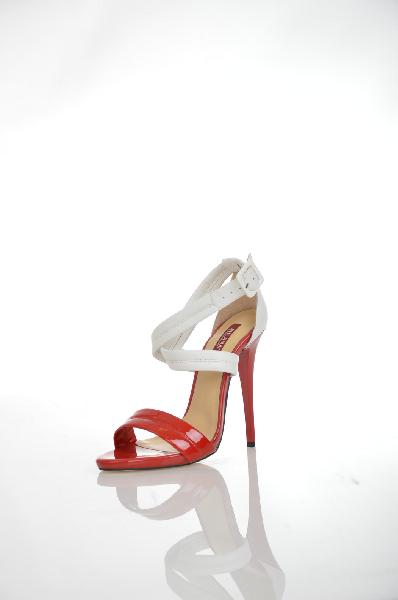 Босоножки MILANAЖенская обувь<br>Цвет: белый, красный<br> <br> Состав: натуральная кожа<br> <br> Яркие босоножки с открытым мыском. Модель выполнена из высококачественного материала приятной расцветки. Отличный вариант для повседневного использования. Материал подкладки: натуральная кожа. Модель большемерит на полтора размер.<br> Высота каблука Высокий, 13 см<br> Высота платформы Низкая, 1 см<br> Материал верха Кожа<br> Материал подкладки Кожа<br> Сезон лето<br> Пол Женский<br> Страна Россия<br><br>Высота каблука: 13 см<br>Высота платформы: 1 см<br>Материал: Натуральная кожа<br>Сезон: ЛЕТО<br>Коллекция: Весна-лето<br>Пол: Женский<br>Возраст: Взрослый<br>Цвет: Разноцветный<br>Размер RU: 38