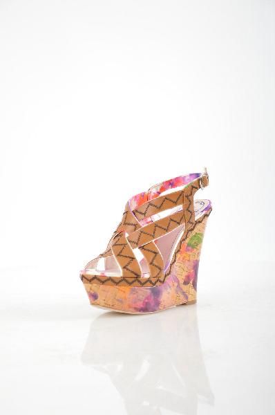 Босоножки FornarinaЖенская обувь<br>Роскошные босоножки на пробковой подошве от Fornarina отлично подходят для летнего гардероба в стиле casual или Бохо. Максимально открытые, они позволяют стопе 'дышать'. Мягкие ремешки из качественной искусственной кожи цвета охры не натирают ногу, обеспечивая комфортную посадку. Подкладка и стелька – из искусственной кожи. Красочный цветочный принт на подошве придает нотку романтичности. Высота танкетки компенсируется платформой, делая босоножки абсолютно удобными и устойчивыми.<br><br><br> Материал верха: искусственная кожа<br><br><br> Внутренний материал: искусственная кожа<br><br><br> Материал стельки: искусственная кожа<br><br><br> Материал подошвы: искусственный материал<br><br><br> Высота каблука: 14.5 см<br><br><br> Высота платформы: 5 см<br><br><br> Цвет: мультиколор<br><br><br> Сезон: Лето<br><br><br> Коллекция: Весна-лето<br><br><br> Страна: Италия<br><br>Высота каблука: 14.5 см<br>Высота платформы: 5 см<br>Материал: Искусственная кожа<br>Сезон: ЛЕТО<br>Коллекция: Весна-лето<br>Пол: Женский<br>Возраст: Взрослый<br>Цвет: Разноцветный<br>Размер RU: 38