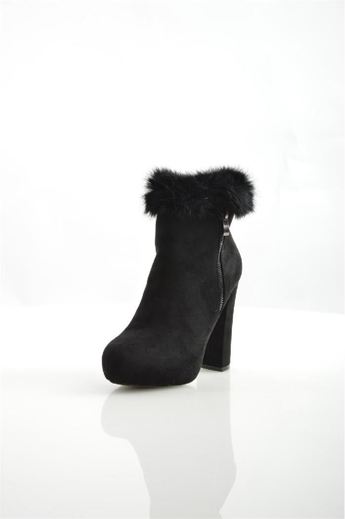 Ботильоны DameroseЖенская обувь<br>Ботильоны Damerose выполнены из искусственной замши с оторочкой из натурального меха. Текстильная подкладка, стелька изготовлена из искусственной кожи.<br> <br> Материал верха искусственная замша, натуральный мех<br> Внутренний материал текстиль<br> Материал стельки искусственная кожа<br> Материал подошвы искусственный материал<br> Высота голенища / задника 9.5 см<br> Обхват голенища 20 см<br> Высота каблука 11 см<br> Застежка на молнии<br> Цвет черный<br> Сезон Демисезон<br> Коллекция Осень-зима<br> Детали обуви декоративные молнии, меховая отделка<br> <br> Страна: Италия<br><br>Высота каблука: 11 см<br>Объем голени: 20 см<br>Высота голенища / задника: 9.5 см<br>Материал: Искусственная замша<br>Сезон: ВЕСНА/ОСЕНЬ<br>Коллекция: Осень-зима<br>Пол: Женский<br>Возраст: Взрослый<br>Цвет: Черный<br>Размер RU: 37