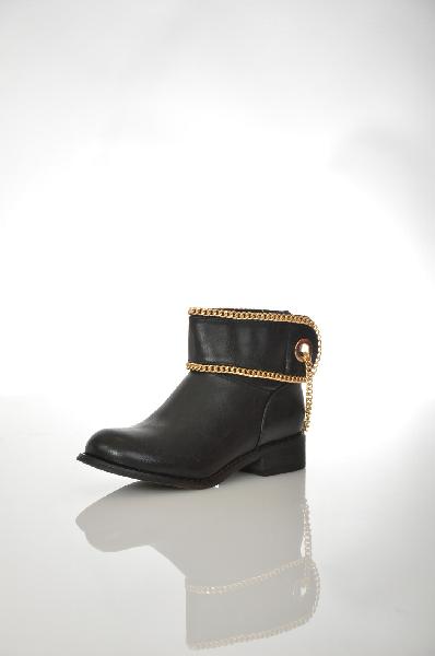 Полусапоги GioiaЖенская обувь<br>Полусапоги Gioia выполнены из черной искусственной кожи. Модель декорирована широкими манжетами с цепочками. Детали: застежка на молнию сзади, низкий каблук, стелька из натуральной кожи, текстильная подкладка.<br> <br> Цвет черный<br> Сезон Демисезон<br> Коллекци...<br><br>Высота каблука: 3.5 см<br>Объем голени: 33 см<br>Высота голенища / задника: 11 см<br>Материал: Искусственная кожа<br>Сезон: ВЕСНА/ОСЕНЬ<br>Коллекция: (Справочник &quot;Номенклатура&quot; (Общие)): Осень-зима<br>Пол: Женский<br>Возраст: Взрослый<br>Цвет: Черный<br>Размер RU: 37