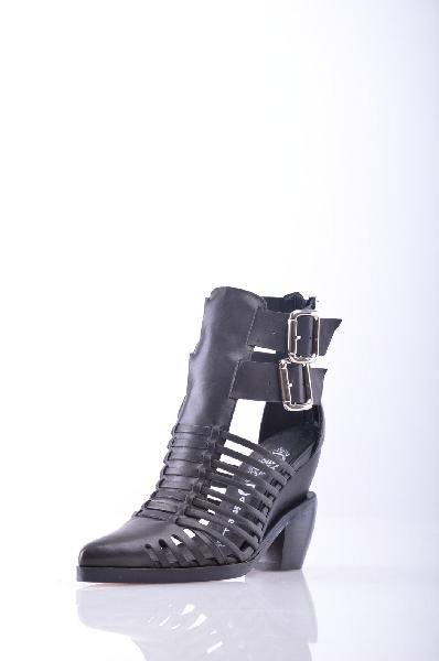 Ботинки JEFFREY CAMPBELLЖенская обувь<br>Без аппликаций, одноцветное изделие, пряжка, узкий носок, резиновая подошва. Высота каблука: 6 см <br> Объём голени: 29 см <br> Высота голенища / задника: 16 см <br>Страна: США<br><br>Высота каблука: 6 см<br>Объем голени: 29 см<br>Высота голенища / задника: 16 см<br>Материал: Натуральная кожа<br>Сезон: ЛЕТО<br>Коллекция: Весна-лето<br>Пол: Женский<br>Возраст: Взрослый<br>Цвет: Черный<br>Размер RU: 38